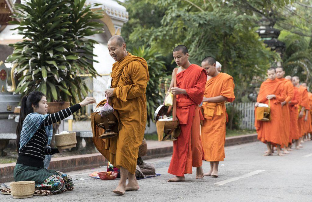 Mnisi buddyjscy z Luang Prabang w Laos, poranna procesja