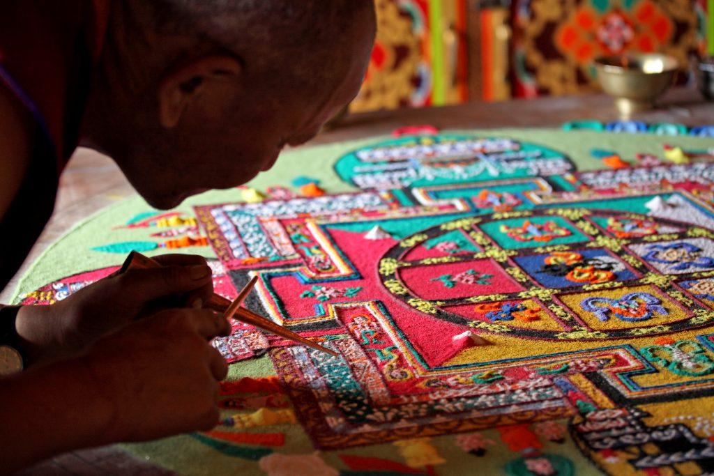 Mnich tworzacy mandale